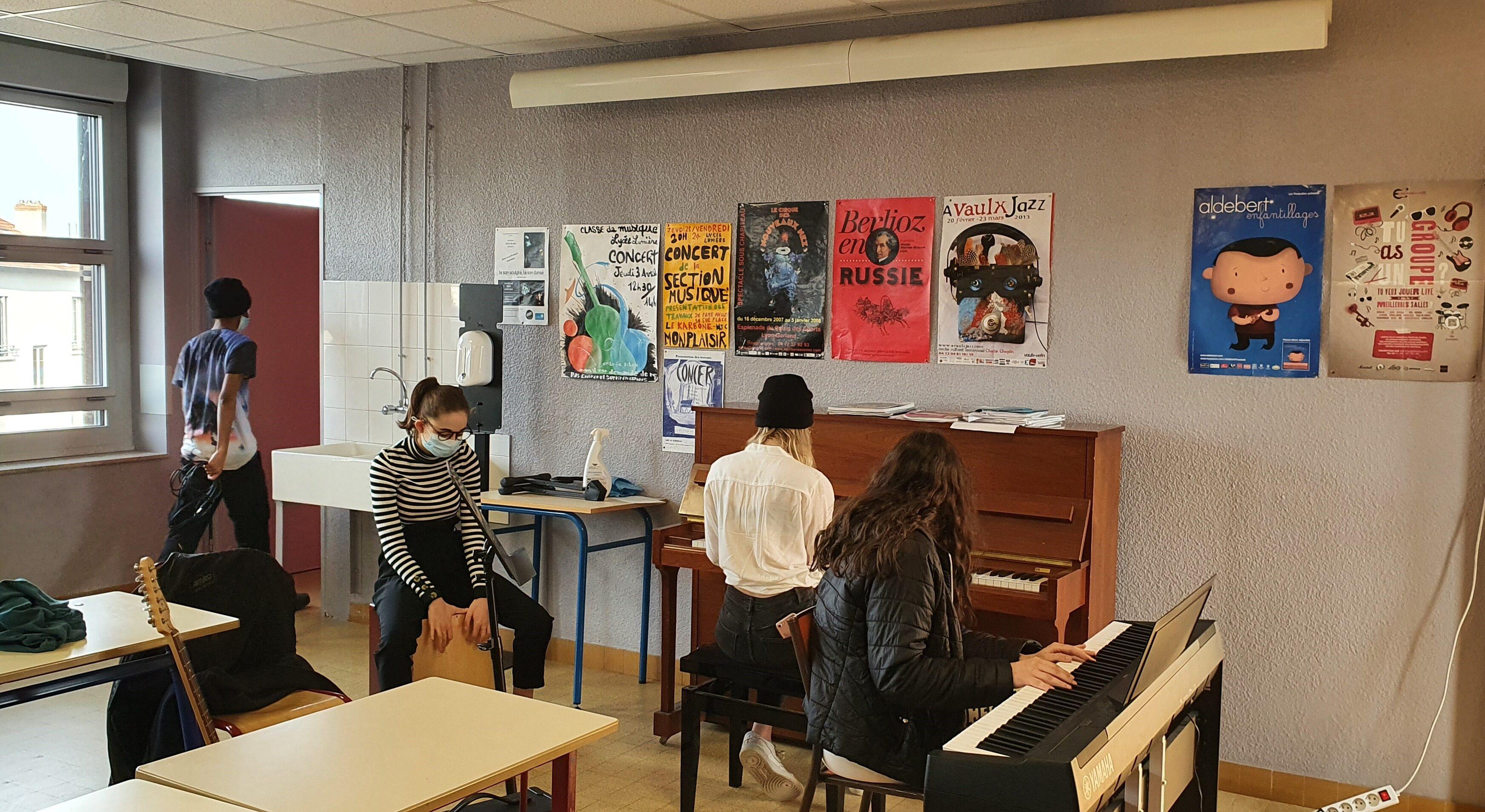 Répétition en salle de musique au lycée Lumière